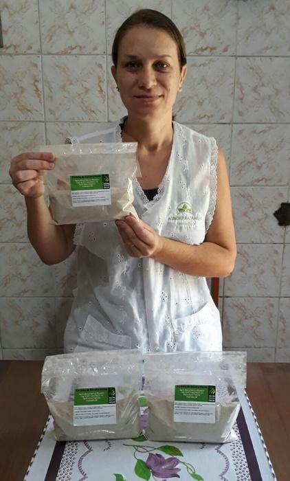 A produtora familiar Patrícia Ricomini, de Itanhanhém, no litoral paulista, produz farinha da banana verde, berinjela e maracujá e gerencia pela web a venda dos produtos nas feiras