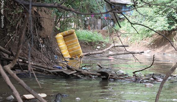 Lixo, esgoto doméstico e produtos químicos são jogados no rio na periferia das cidades