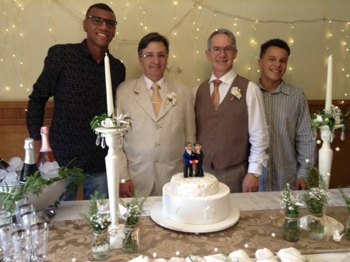 Airton e Marcos (C, com os filhos), que viviam juntos desde 1995, casaram-se no dia 17 de dezembro