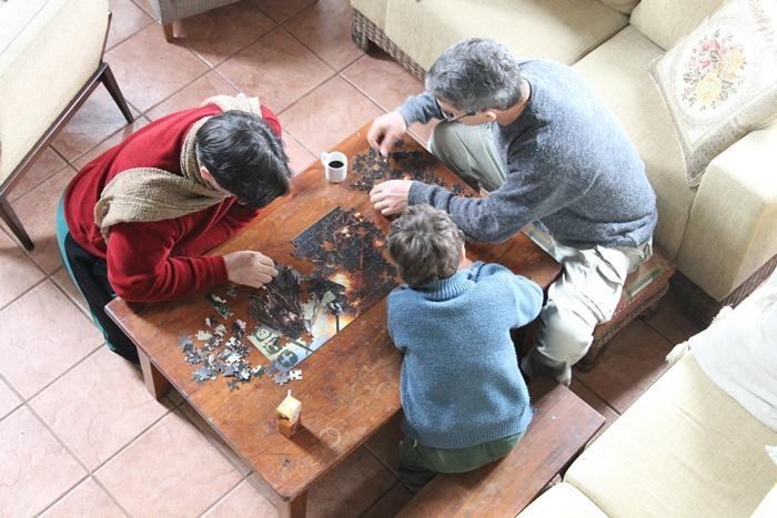 """""""A preocupação nem era tanto com o preconceito, mas com o significado de assumir a criação de filhos"""", explica o produtor de teatro Airton de Oliveira (E), que adotou dois meninos em 2009, com Marcos Buffon"""