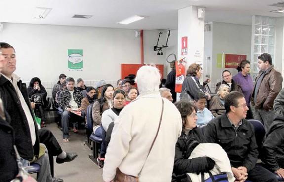 Deficiências na atenção básica resultam em emergências lotadas nos hospitais públicos, bloqueando a porta de entrada ao sistema de saúde