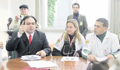 O vereador Thiago Duarte se reúne com servidores municipais de saúde que protestaram em 26 de agosto na Câmara Municipal contra as demissões