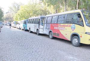 Fila de micro-ônibus que aguardam retorno dos pacientes no Hospital de Clínicas
