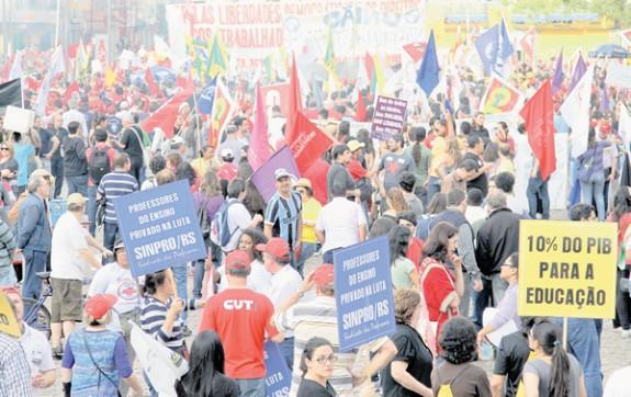 Em Porto Alegre, professores, funcionários e estudantes fizeram caminhada