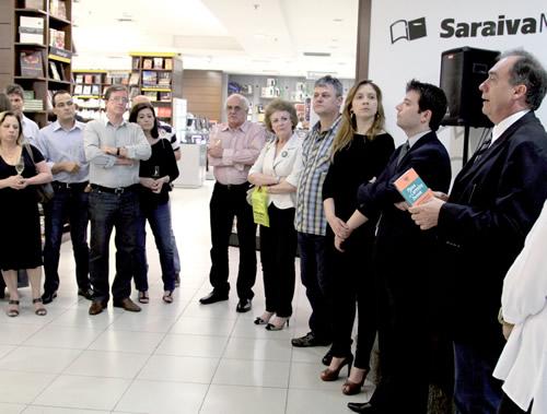 Seção de autógrafos e lançamento ocorreu na Livraria Saraiva do Praia de Belas | Foto: Igor Sperotto