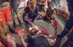 Manifestante ferido pela BM no confronto é atendido pela Samu | Foto: Ramiro Furquim/Sul21