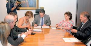 O documento teve como signatários o presidente da AL e entidades ligadas à educação pública e privada | Foto: Vinicius Reis/AL