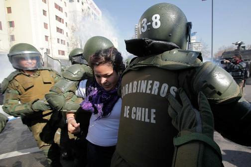 Em 2011, estudantes do Chile foram às ruas confrontar o governo e protestar contra a educação cara e de baixa qualidade a que estão sendo submetidos