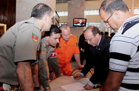 Villa reuniu-se com bombeiros no Salão Júlio de Castilhos da Assembleia Legislativa
