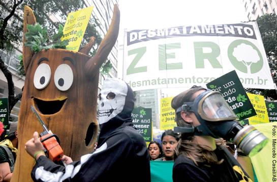 Manifestação contra o Código Florestal em defesa dos bens comuns e contra a mercantilização da vida, realizada na avenida Rio Branco, com a participação de estudantes e representantes de movimentos sociais