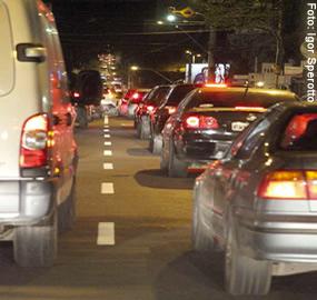 """Barateia-se o transporte individual, enquanto o coletivo encarece. Mais carros significam mais problemas, tais como acidentes, emissão de CO2 e horas perdidas em engarrafamentos"""", diz Carlos Henrique Carvalho, do Ipea"""