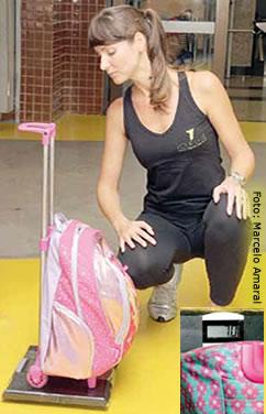 Krishna Schneider, educadora física,  pesou mochilas de até 7 quilos