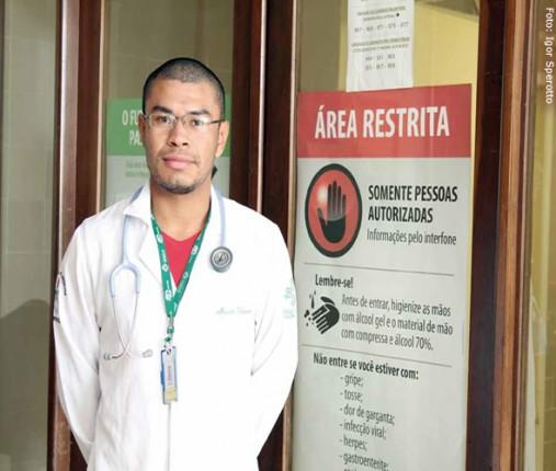 """Mauro Vergueiro, 22 anos, chegou a desistir do curso e voltou para sua aldeia depois que um professor insultou estrangeiros e cotistas alegando que estes """"precarizam"""" a Medicina"""