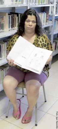 PROGRESSÃO – Natália dos Reis Souza, 44 anos, condenada por tráfico. Boa aluna de matemática, está se realfabetizando, pois tem dificuldade com leitura. Almeja a progressão de pena para ir para o semiaberto. Teve o primeiro de seis filhos aos 14, um ano após deixar a escola. Atualmente trabalha diariamente na cozinha dos funcionários do Presídio Feminino Madre Pelletier, folgando apenas nos dias de visita. O marido também cumpre pena. Pretende continuar estudando mesmo após sair.