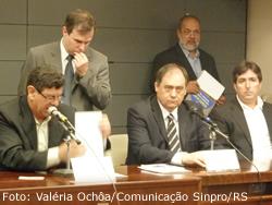 Diretores do Sinpro/RS, Marcos Fuhr e Cássio Bessa, denunciaram impactos na saúde do professor