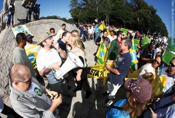 Mario Mantovani lidera manifestação contra as alterações do Código Florestal, no Parque Ibirapuera, em São Paulo, durante o Viva a Mata 2011, evento que comemorou o Dia Nacional da Mata Atlântica