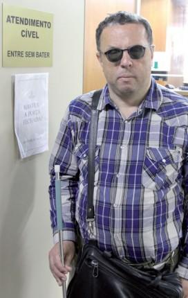 Peri Vargas de Oliveira, deficiente visual e aposentado do INSS, luta para conseguir uma máscara nasal