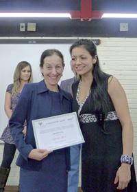 Clarinha Glock (E) recebeu  distinção por reportagem sobre  câncer de mama | Foto: Valéria Ochôa / Comunicação Sinpro/RS