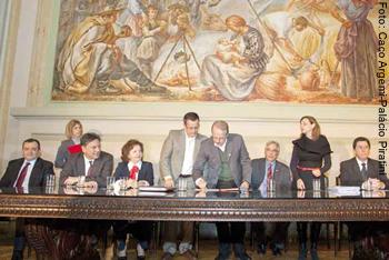 Governador Tarso Genro assina os termos de notificação do final dos contratos dos pedágios firmados com o RS