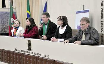 Evento contou com representantes da Prefeitura e do Conselho de educação e diretores do Sinpro/RS