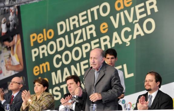 Paul Singer, secretário-geral de Economia Solidária do Ministério do Trabalho, de pé ao centro, tem sido personagem central no combate às cooperfraudes