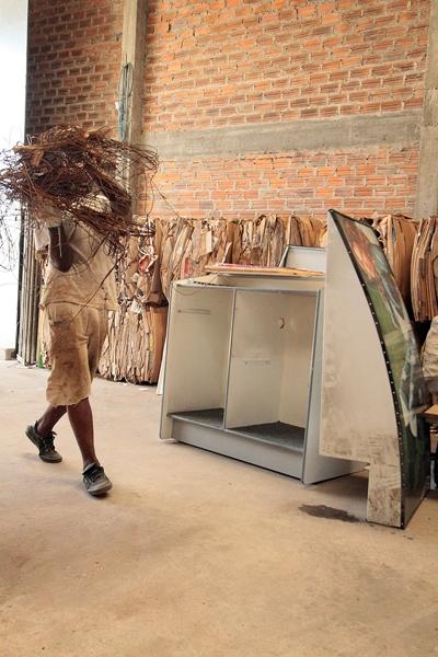O lixo seco chega através de caminhões da Revita, empresa contratada pela Prefeitura para fazer a coleta seletiva ou é buscado pela própria Cooperativa em empresas conveniadas.