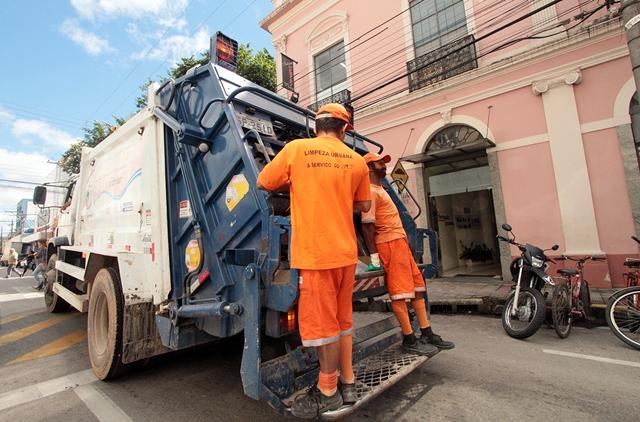 Caminhão de coleta nas ruas de Pelotas.