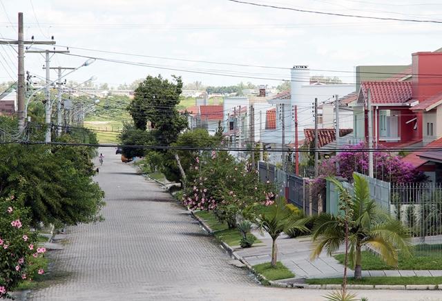 Novo bairro de classe média surge ao lado do aterro sanitário desativado da cidade.