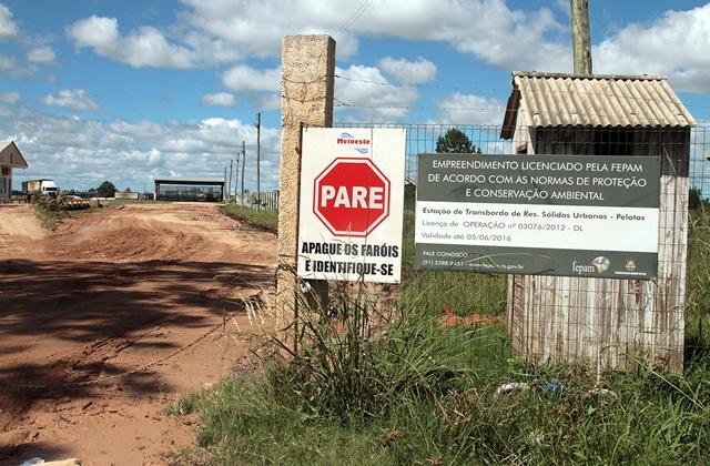 Portão de entrada da área de transbordo de resíduos sólidos urbanos de Pelotas. A empresa Meio-este Ambiental, de Caçador (SC), é responsável pela operação do aterro sanitário de Candiota.