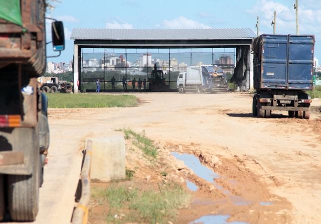 Oito caminhões fazem o transbordo do lixo orgânico de Pelotas para um aterro sanitário em Candiota, a 120 quilômetros.