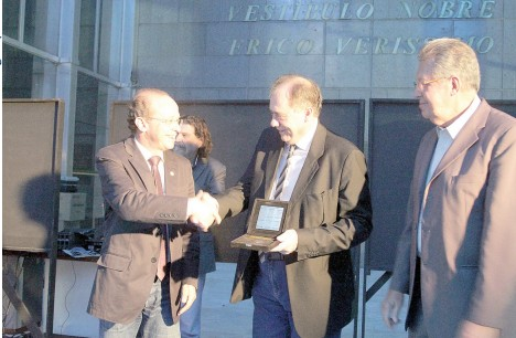 Os deputados Adão Villaverde e Raul Pont entregaram a medalha da 53ª Legislatura ao diretor de Comunicação do Sinpro/RS, Marcos Fuhr