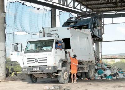 Texto Alternativo - Transbordo do lixo recolhido em Pelotas, levado em caminhões para aterro sanitário em Candiota