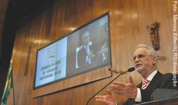 Secretário de Educação Tecnológica do MEC, Eliezer Pacheco: ensino ministrado por professores, como determina a LDBEN