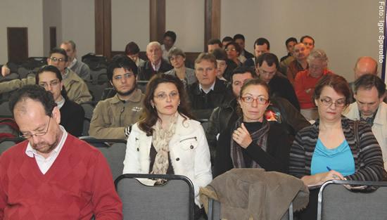 Representantes de diversas instituições participaram do evento, que contou com painel sobre gestão democrática de Luiz Augusto a Campis (E), ex-reitor da Unisc