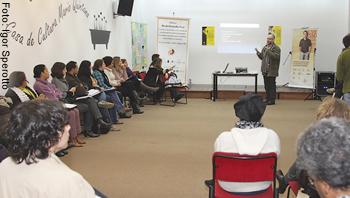 O psicólogo Marcos Nascimento (em pé) integra a campanha Laço Branco