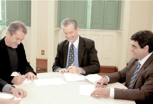 Francisco Novelletto e o prefeito José Fortunatti, em maio de 2010, na assinatura de concessão de área para sede da FGF e Memorial Júlio Prestes