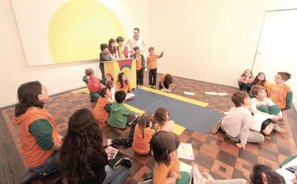 Visitas guiadas e mediadas para mais de 230 estudantes na exposição Chico Machado: Aparelhos que fazem Zóing!