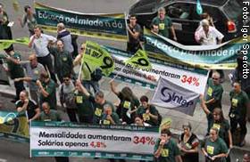 Protestos em frente ao prédio do Sinepe/RS