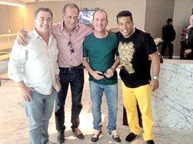 O prefeito de Laguna, Everaldo dos Santos (E) e o empresário e irmão de Ronaldinho, Roberto de Assis Moreira (D)
