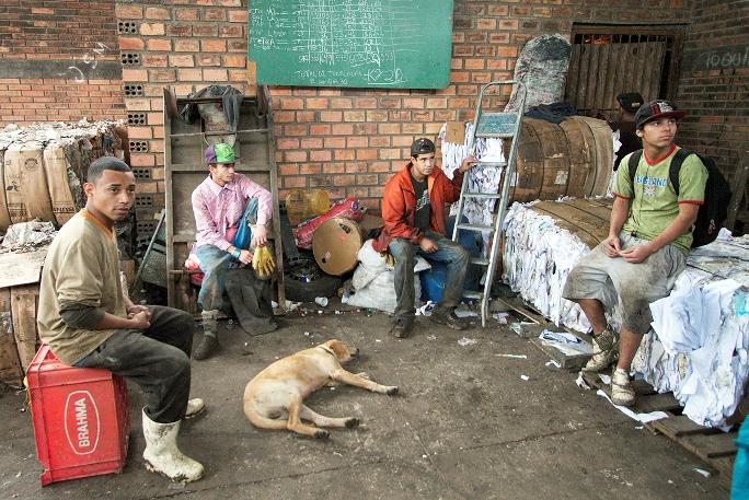 Catadores em momento de descanso na usina