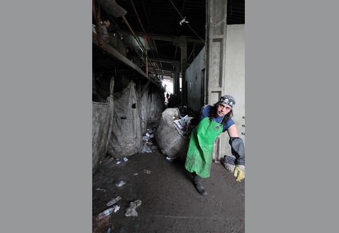 Catador puxa saco com resíduos reciclável