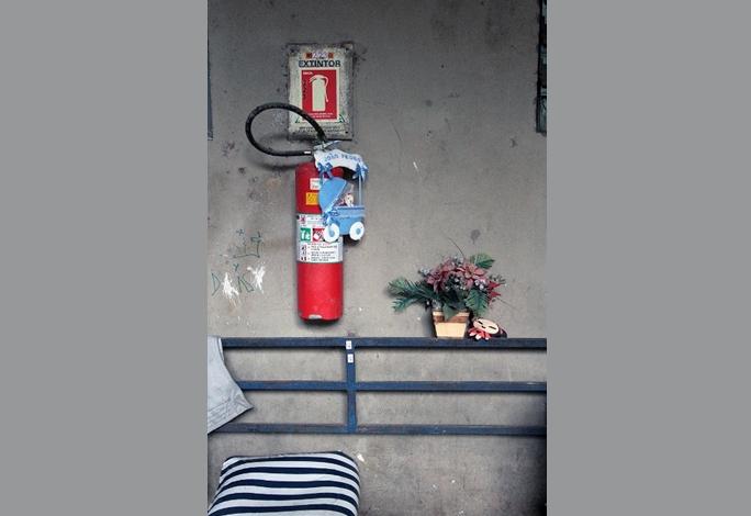 Extintor também recebe adorno encontrado no lixo