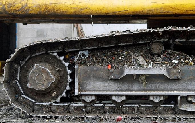 Detalhe de escavadeira que opera na Estação de Transbordo