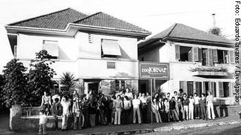 Trincheira: equipe do Coojornal em frente a sede, em 1979
