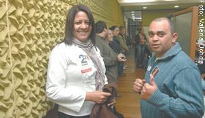 Presidente do Cpers, Rejane de Oliveira e o mesário Edson Clatino, durante apuração