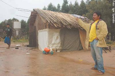 O vice-cacique Tarcísio Gomes, guarani, mostra as instalações precárias na Aldeia da Estiva, em Viamão