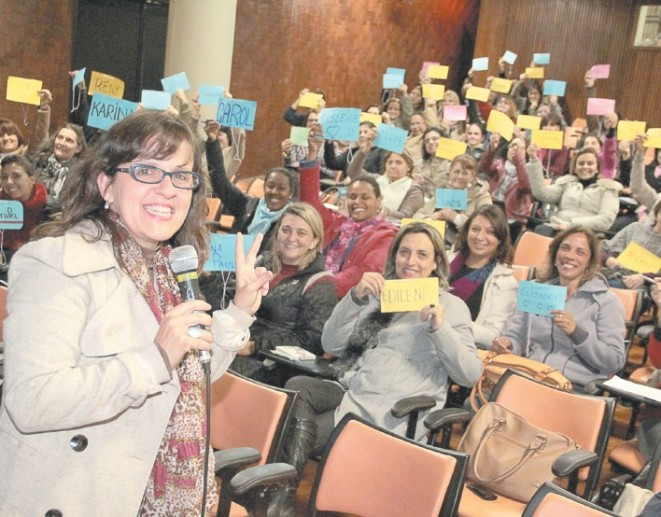 A secretária de Políticas para Mulheres de Santo André, Silmara Conchão e a campanha Quem Ama Abraça, que tem curso de formação para dirigentes de escolas e educadores para uma educação não sexista: