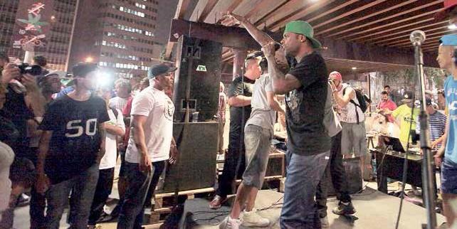 Grupo de funk anima o Churrascão da gente desinformada, na Praça Roosevelt, em SP, em apoio à reeleição de Dilma