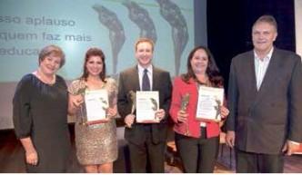 Margot Andras e Celso Stefanoski, diretores do Sinpro/RS, com os vencedores (centro) Martha, Fabian e Cristina