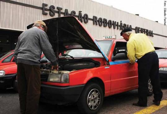 Carros com muitos anos de uso e em más condições ainda circulam pela cidade